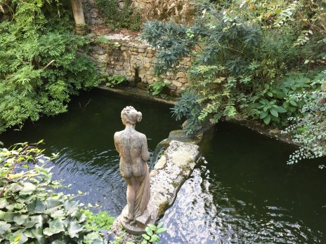 classical-lady-in-water-feature