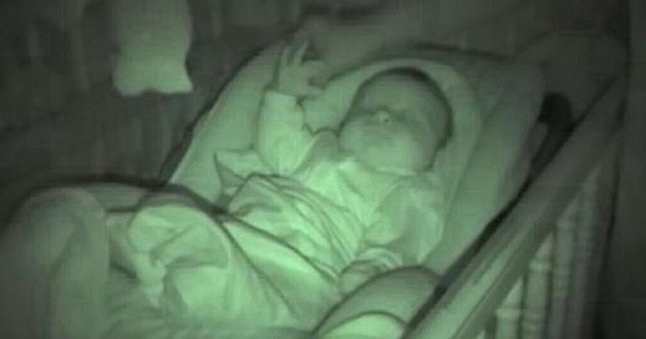 Безуспешные попытки папы укрыть малыша одеялом