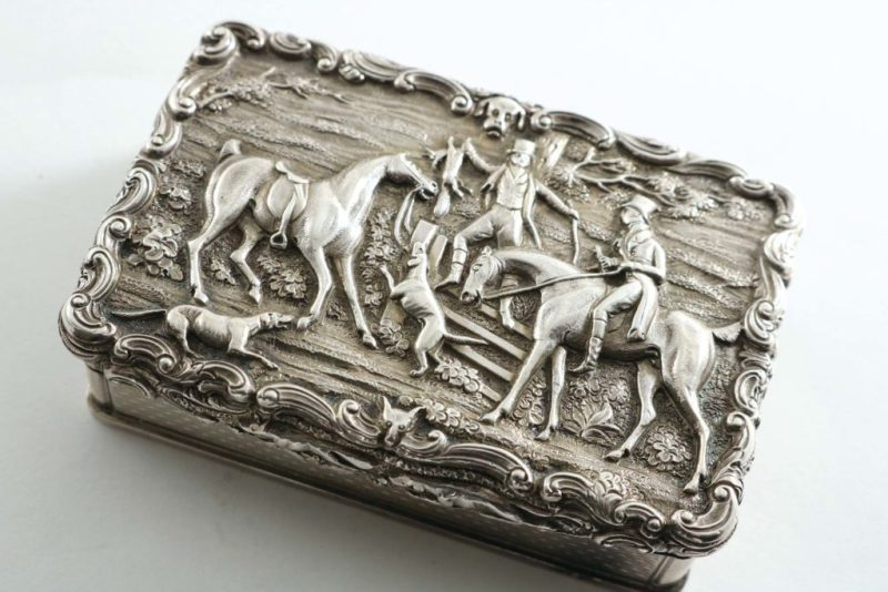 A snuff box featuring a hunting scene