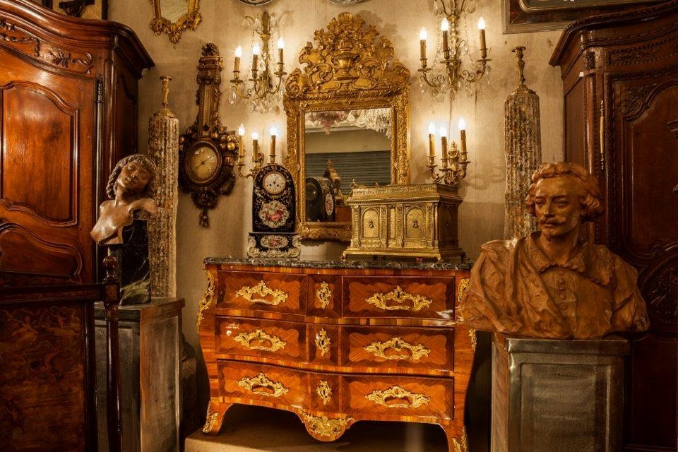 traditional 18th century antiques at the Paris flea market