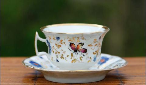 Art de la table: tasse à thé ou tasse à café