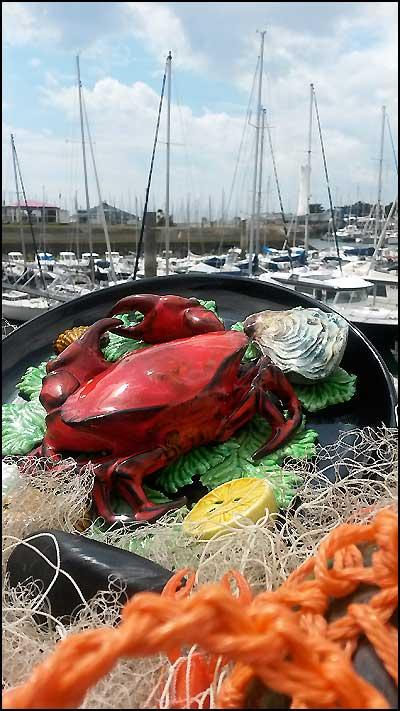 Crabe en barbotine vintage sur bord de mer