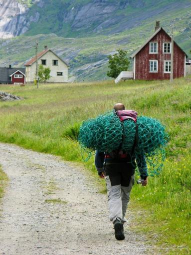 Bryan Hansel (@bryanhansel) of the USA snagged a photo of a young man in Norway who was caught carting home a found fishing net: pic.twitter.com/H2OPMfacTK
