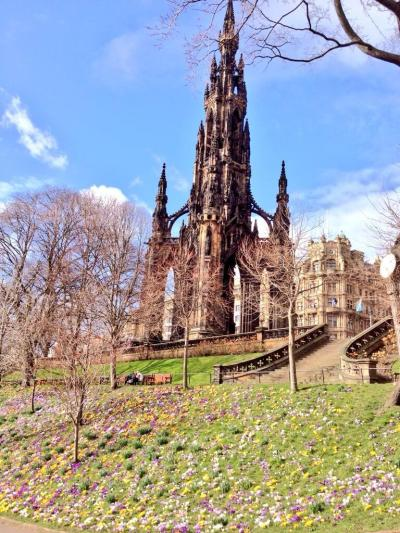 Katalin (@KatalinSom) of Scotland posted the Scott Monument amidst a field of blooms. Anyone else think it looks a bit like a Gaudi? pic.twitter.com/jUzpZGYaXz