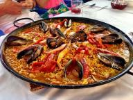 Maxine Bulloch (@ACHICA_maxine) of the UK posted this paella from Spain, and it looked too good to pass up: pic.twitter.com/JyAxz7QWR4