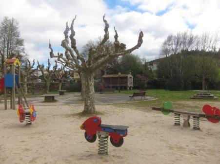 De paseo por Sar. El parque de la Colexiata cuenta con área de descanso, cruceiro y hórreo
