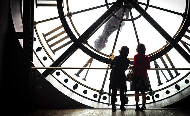 """""""È tardi"""": una riflessione sulla percezione di sentirsi indietro rispetto agli altri"""