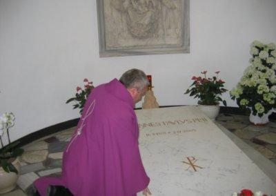 Modlitwa przy grobie Jana Pawła II