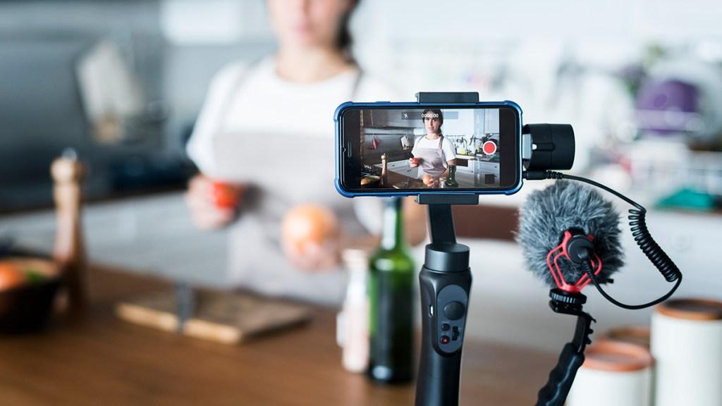 Vloggerin nimmt Video in Küche auf