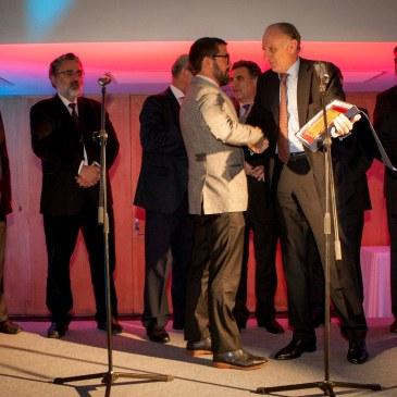 Antonio Gassó, director general de GAES Centros Auditivos, recibe la placa oro de manos de Miquel Quer, presidente de la SEORL