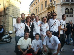 """Foto di gruppo: tutti quelli che hanno partecipato attivamente al benchetto della raccolta firme per il """"Parlamento Pulito"""""""
