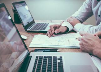 Partenerii de afaceri, scanaţi cu ajutorul computerului