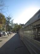Metros y metros de muro metálico nos separa de los no-lugares.