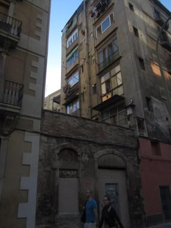 Atrapado entre dos colosos, ¿quién se acuerda de esta casa y sus antiguos inquilinos?