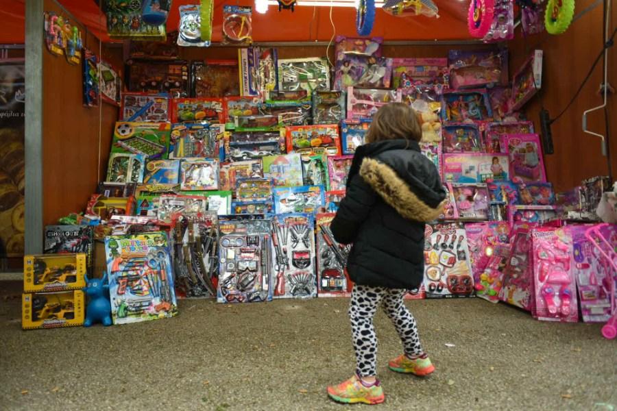 Fillette devant les invendus du marché de Noël, à Athènes.