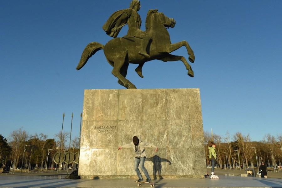 Un skateoarder devant la statue d'Alexandre le Grand sur son cheval à Thessalonique