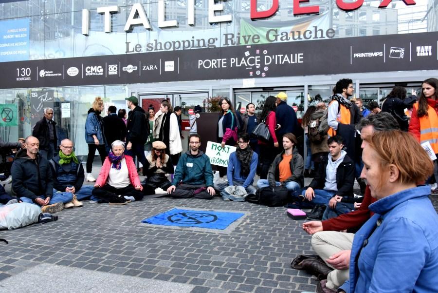 Méditation de rue d'Extinction Rebellion devant le centre commercial Italie deux (Paris 13e)