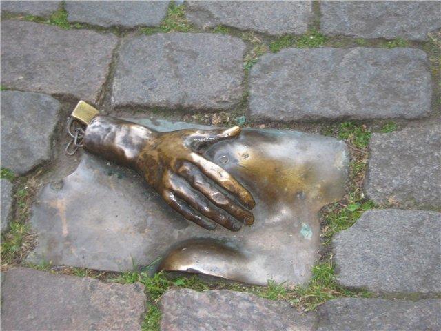 Памятник-женской-груди-в-Амстердаме