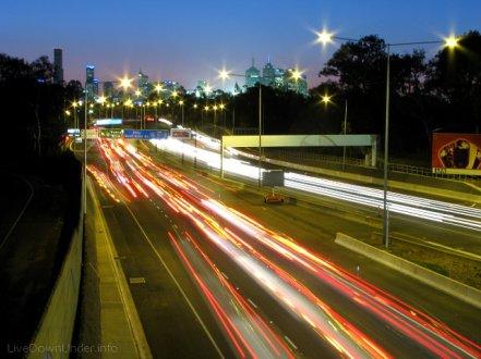 Melbourne nocą, Australia. Autostrada Citylink w dzielnicy Burnley.