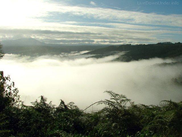 Chmury w dole. Droga do Mount Baw Baw, Wiktoria, Australia
