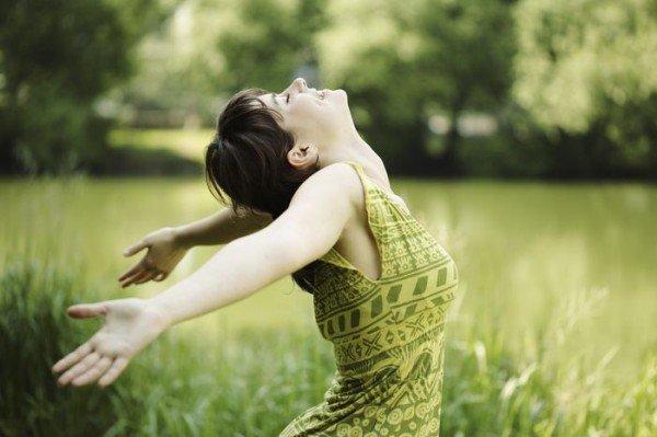 リラックスして深呼吸する女性