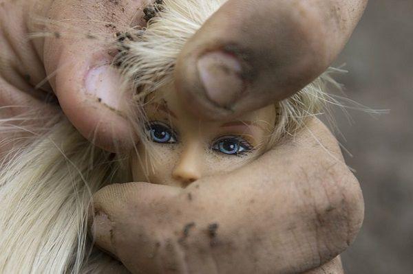 バービー人形をわしづかみする手