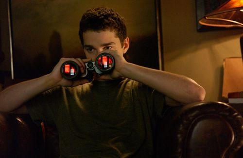 双眼鏡を覗く少年