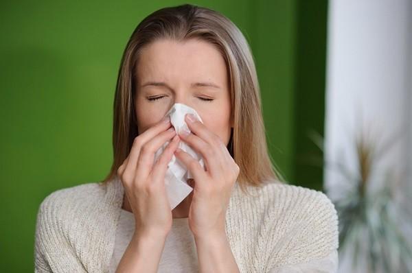 花粉症がつらい女性