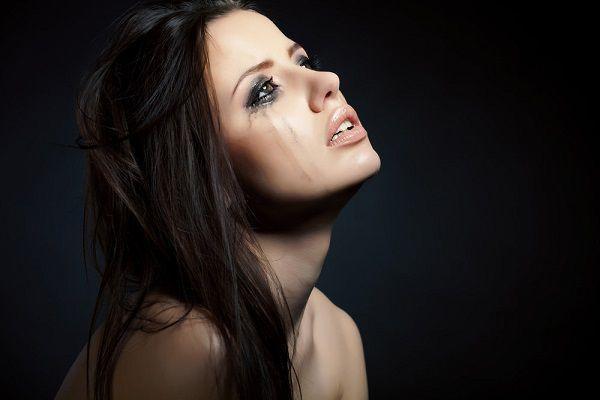 失恋に涙を流す女性