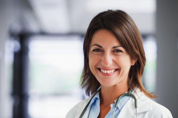 優しく笑う女医