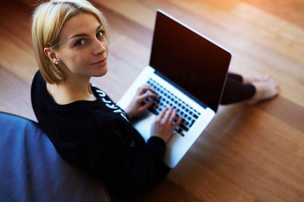 PCで彼氏にメールを送る女性