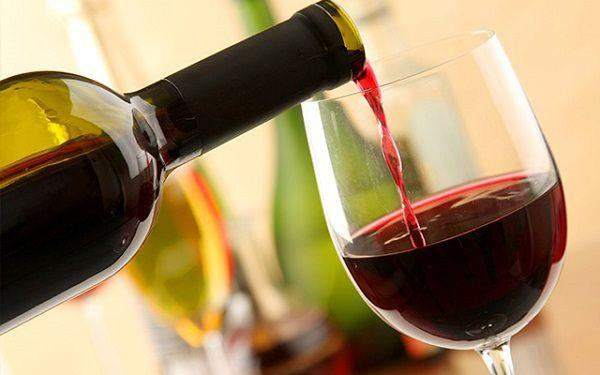グラスに注がれる赤ワイン