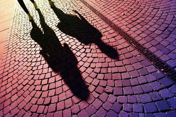 道路に投影された影