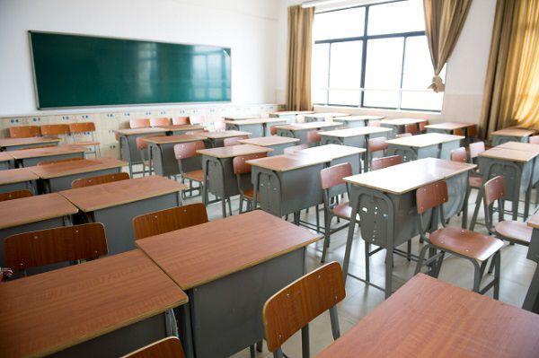 教室の机といす