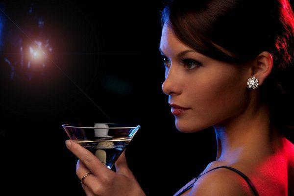 飲みに出かける女性