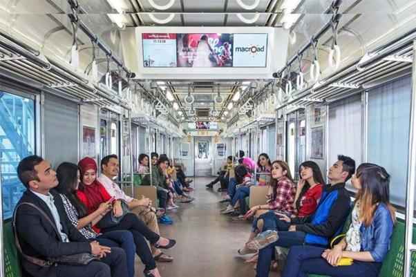 Suasana di dalam Commuter Line