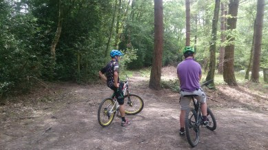 Dan and Jonny discussing why Jonny shouldn't be riding with a broken arm before setting off...