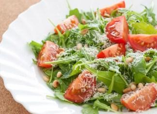 salat-s-rukkoloi-i-pomidorami-cherri