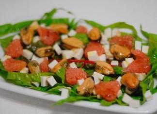 salat-iz-midij-s-grejpfrutom-i-brynzoj