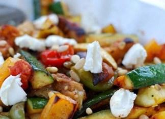 teplyj-salat-s-brynzoj-i-ovoshhami-zapechennymi-na-grile