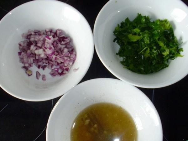 Порежьте овощи: соленый огурец – соломкой, очищенные от косточек маслины – кольцами, половинку луковицы – кубиками. Не забудьте и про зелень – ее нужно мелко нарубить.