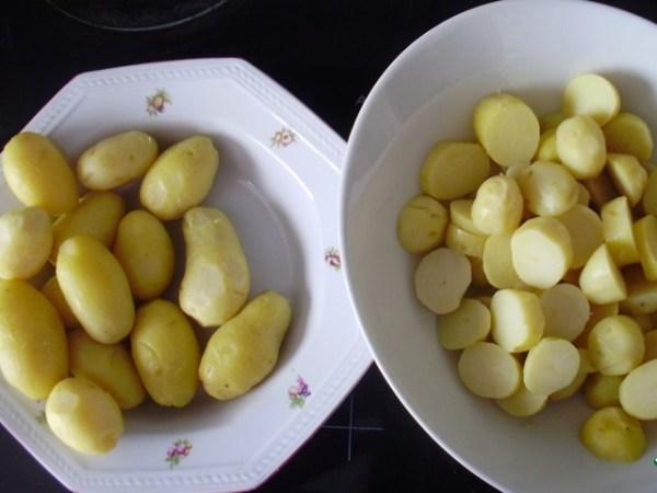 Тщательно вымытый (желательно с использованием щетки) картофель залейте кипятком, посолите, поставьте варить. Готовые клубни обсушите, очистите от шкурки, крупно нарежьте.