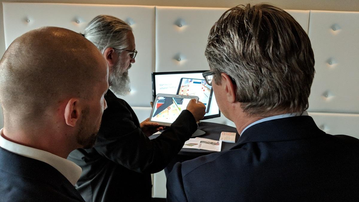 Heinz Brasch (anyMOTION Head of IT & Development) präsentiert eine Augmented Reality Anwendung. Arbeitgebertag 2018
