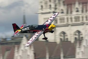 Budapest, 2017. július 1. A késõbbi második helyezett Genevey Dániel repül gépével a Duna felett a Red Bull Air Race budapesti futama Challenger kategóriájának selejtezõjén 2017. július 1-jén. MTI Fotó: Lakatos Péter