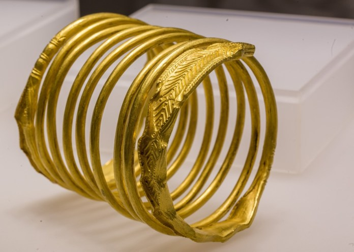 Több ezer év arany- és ezüstkincseit mutatják be a szegedi