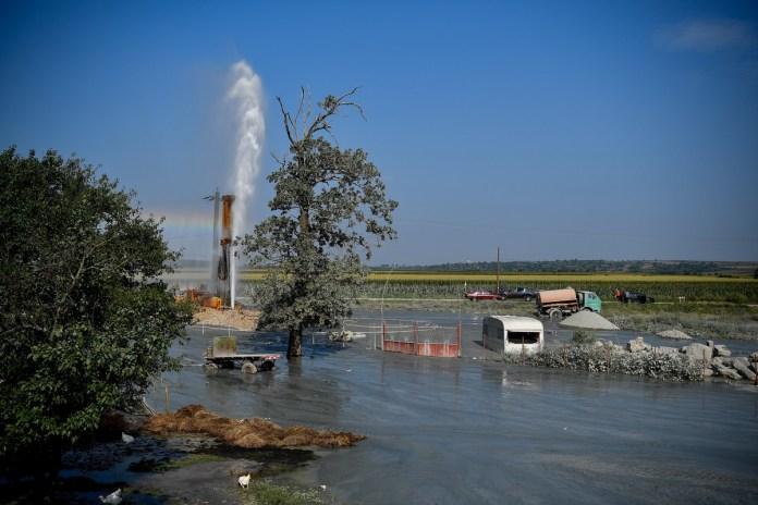 Artézi forrás tör a felszínre a partiumi Hegyközszentimre közelében, a Berettyó folyó mellett 2018. július 31-én. A Bihar megyei település vízhálózatának fejlesztéseként egy új kutat fúrtak, de váratlanul felszínre tört az artézi víz. Szakemberek szerint néhány nap múlva tudják elzárni a felszínre törő víz útját.