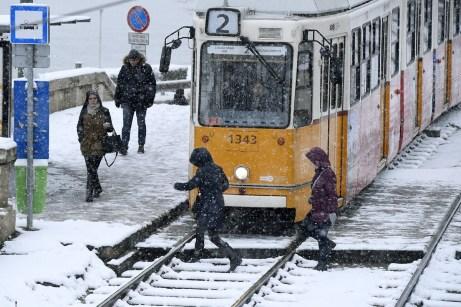 Budapest, 2018. december 15. Utasok a 2-es villamosnál Budapesten, a behavazott Széchenyi téri megállóban 2018. december 15-én. MTI/MTI Fotószerkesztõség/Koszticsák Szilárd