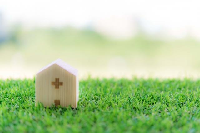 芝生の上の家の形をした積み木