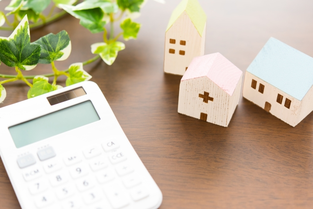 電卓と家の形の積み木