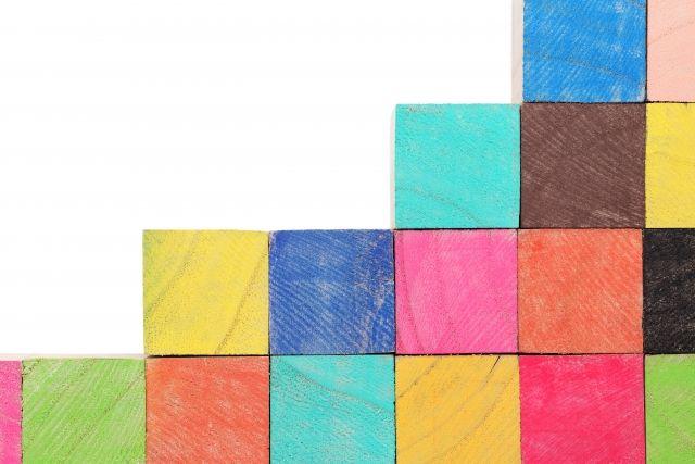 色積み木の階段